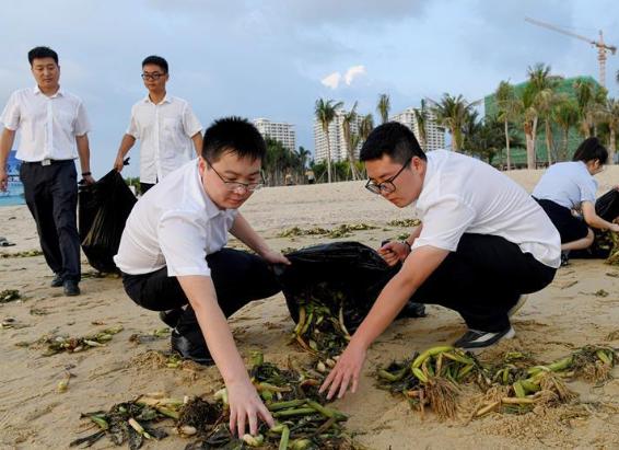 海南乐东:清理海滩垃圾 保护海洋环境