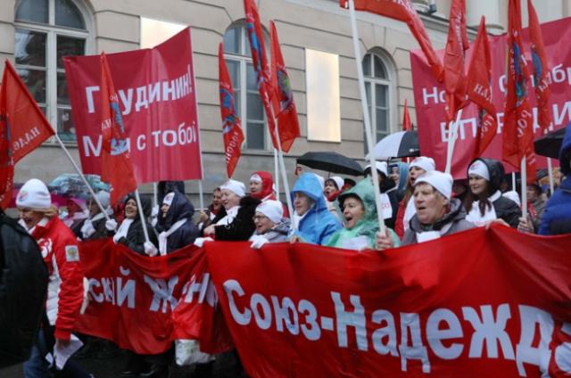 """俄多地举行活动 纪念""""十月革命""""102周年"""