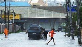 """机场关闭、民众撤离 台风""""北冕""""侵袭菲律宾"""