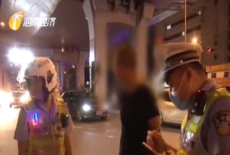 出租车与电动车相撞 骑车女子未戴安全帽
