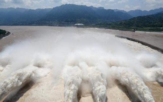 三峡大坝开启泄洪深孔泄洪