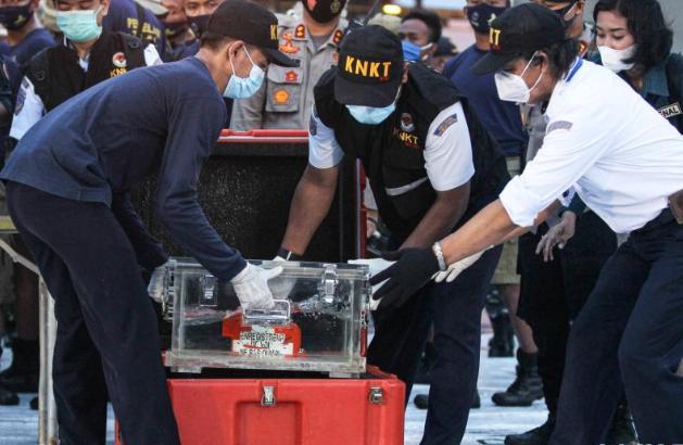 因天气原因 印尼暂停搜寻坠落客机黑匣子工作
