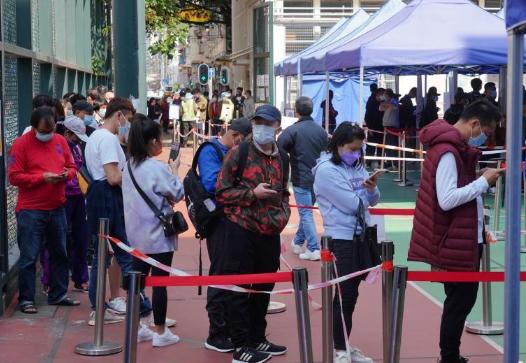 新春假期香港防疫不放松 市民排队参加社区检测