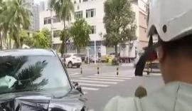 越野车撞上隔离带椰子树 事前急转方向躲避电动车