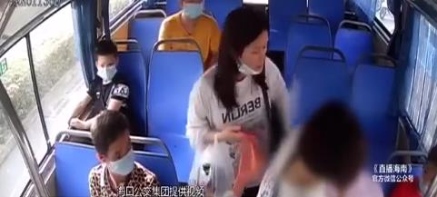 男子公交车上发病晕倒 乘客联合司机紧急救援