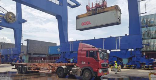 """海口港集装箱码头成功实现进口货物""""船边直提""""和出口货物""""抵港直装"""""""