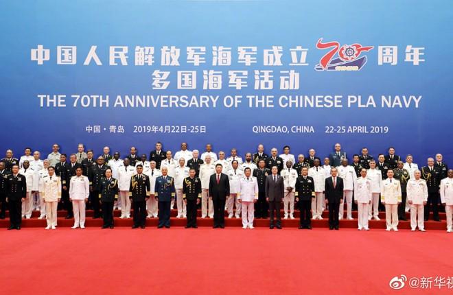 习近平同应邀前来参加中国人民解放军海军成立70周年多国海军活动的外方代表团团长集体合影留念
