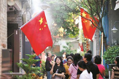 国庆新民俗 家门挂国旗